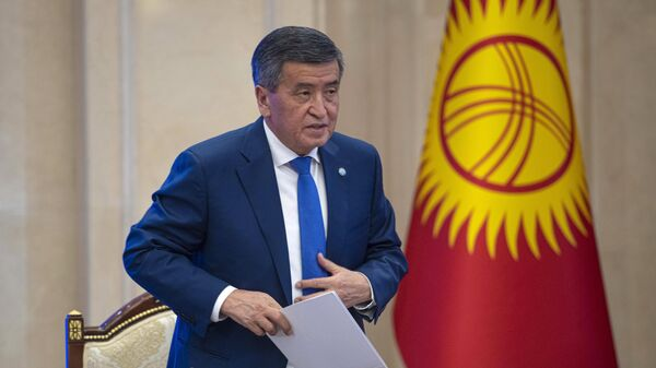 Сооронбай Жээнбеков на внеочередном заседании парламента Киргизии