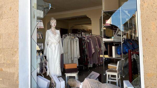 Выбитая витрина магазина в результате ночного обстрела Степанакерта