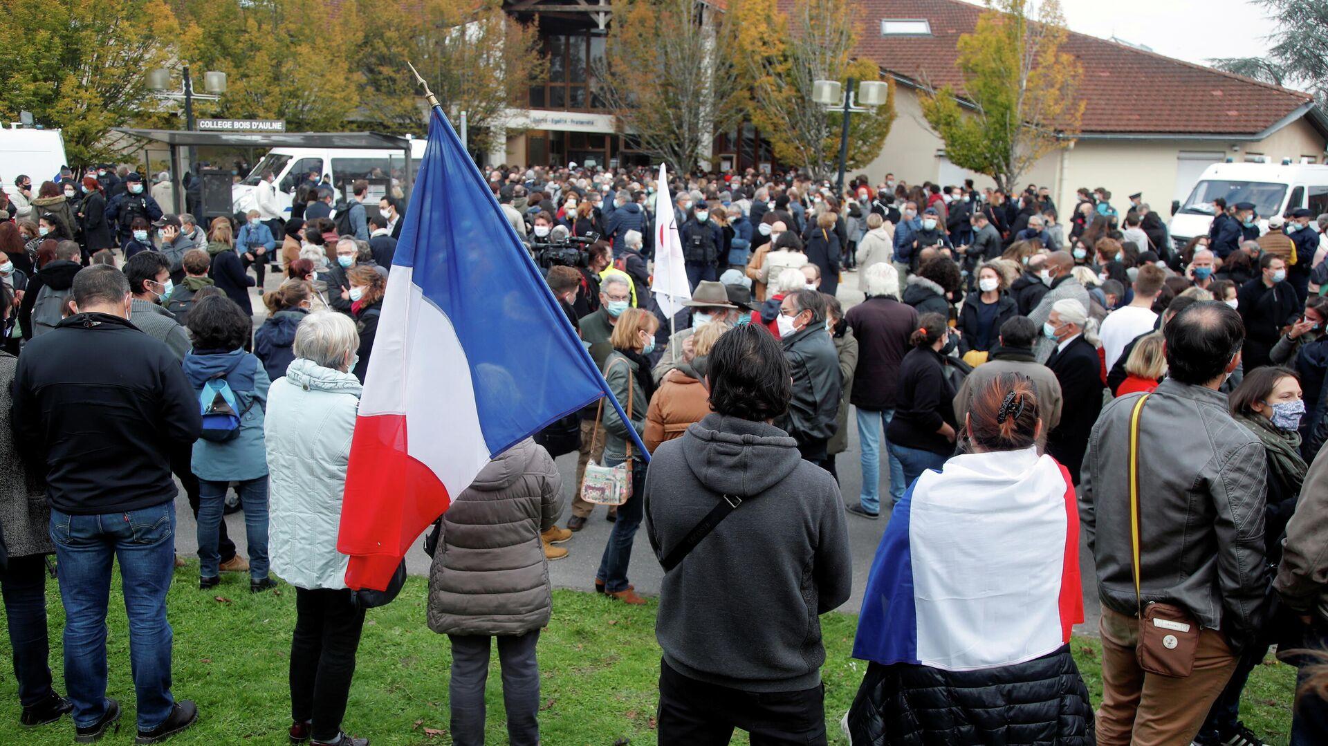 Люди собираются на месте убийства профессора в коммуне Конфлан-Сент-Онорин, Франция - РИА Новости, 1920, 17.10.