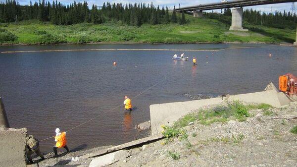 Учения по ликвидации последствий аварийных разливов нефти и нефтепродуктов на реке Колва в Ненецком автономном округе