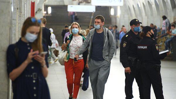 Пассажиры Московского метрополитена, где проводится проверка масочного режим