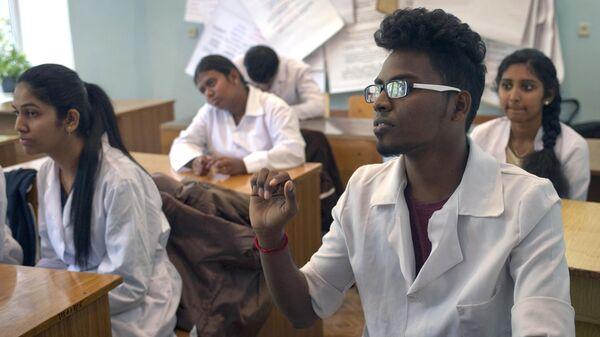 Студенты на занятиях в медицинской академии
