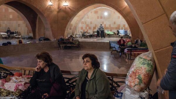 Жители Степанакерта скрываются от обстрелов города в нижней части храма