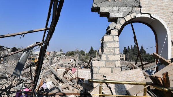 Дом в Гяндже, разрушенный после обстрела