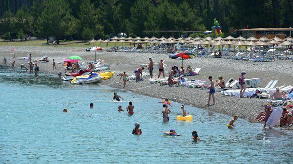 Отдыхающие на пляже в Пицунде