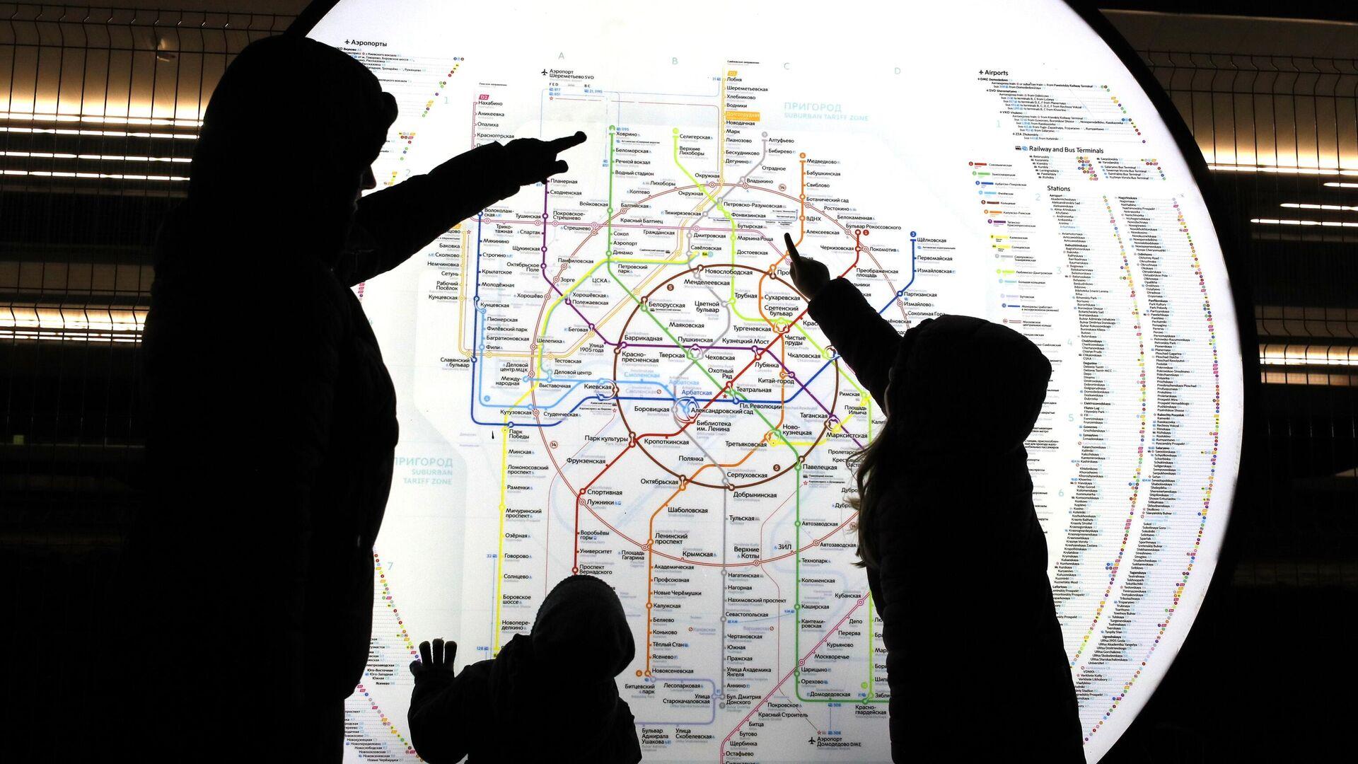 Пассажиры у схемы Московского метрополитена на станции МЦД Долгопрудная - РИА Новости, 1920, 24.07.2021