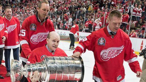 Владимир Константинов с партнерами по команде Детройт Ред Уингз празднует годовщину победы в Кубке Стэнли. 2016 год.