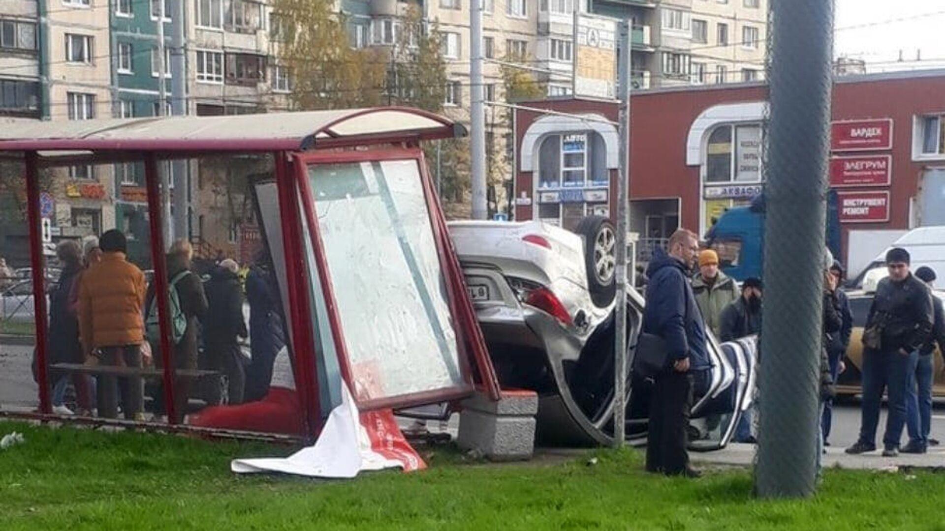 В Петербурге жених не довез невесту до ЗАГСа и врезался в остановку