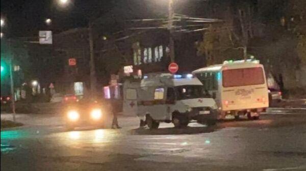 Автомобиль скорой помощи на месте нападения на Марию Анохину