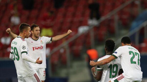 Игроки ФК Локомотив радуются забитому голу