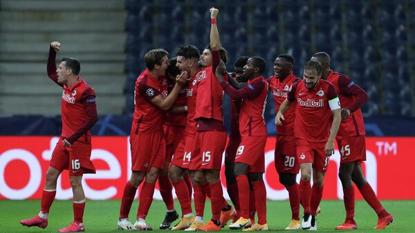 Игроки ФК Зальцбург радуются забитому голу