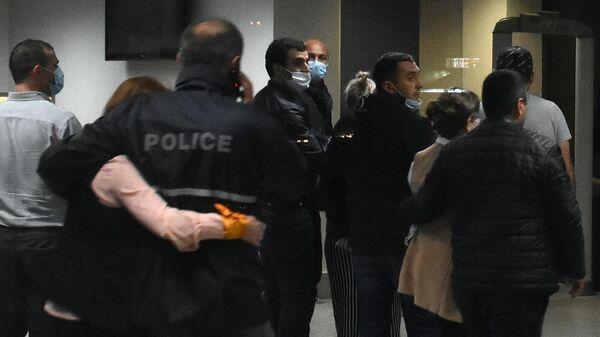 Освобожденные заложники покидают отделение Банка Грузии в Зугдиди
