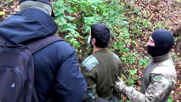 Сотрудники ФСБ РФ во время задержания выходца из Центрально-Азиатского региона в Московской области