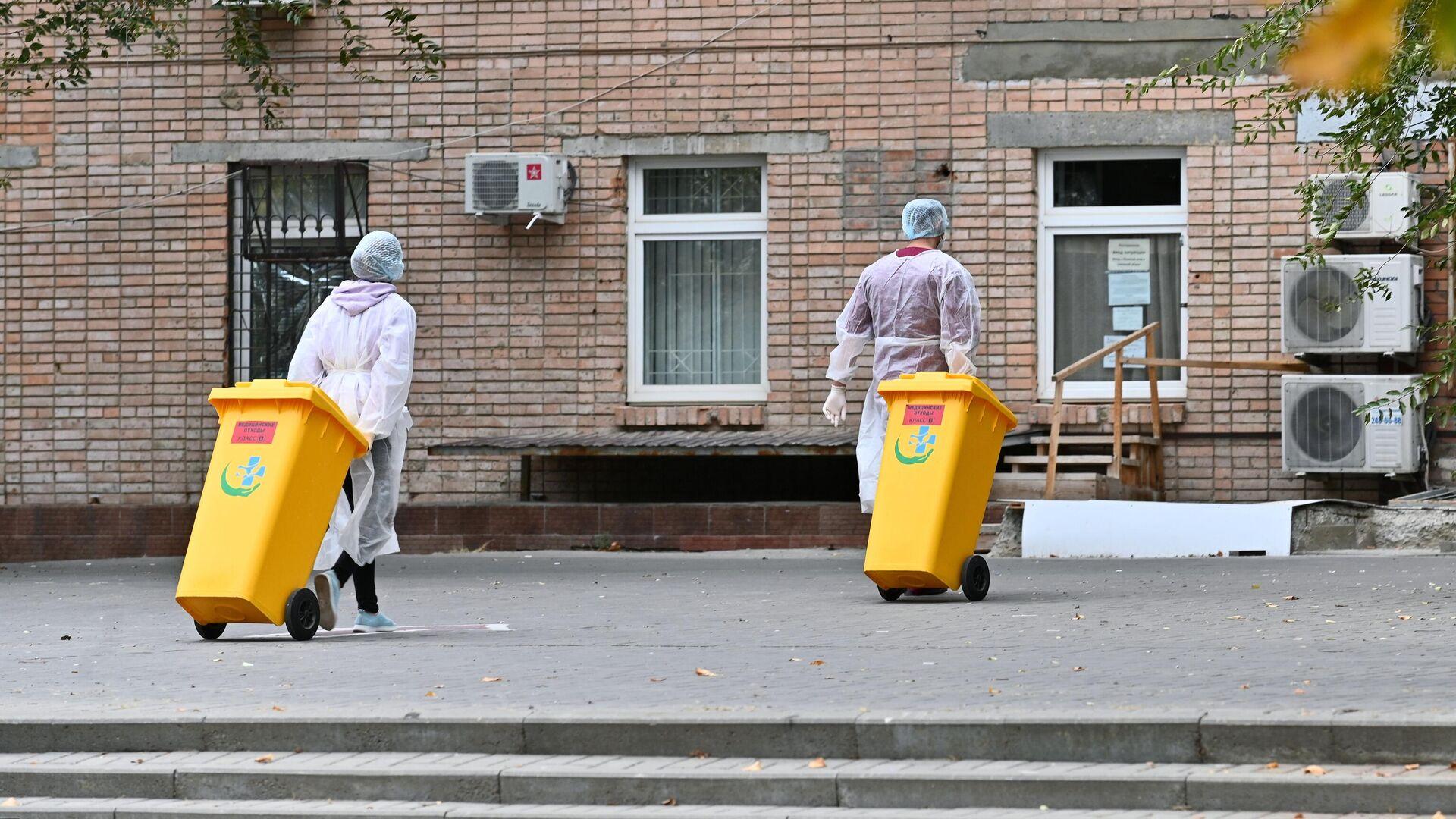 Медицинские работники возле городской больницы №20 в Ростове-на-Дону - РИА Новости, 1920, 26.10.2020