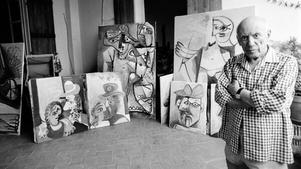 Художник Пабло Пикассо в своем доме в Мужене, на юге Франции