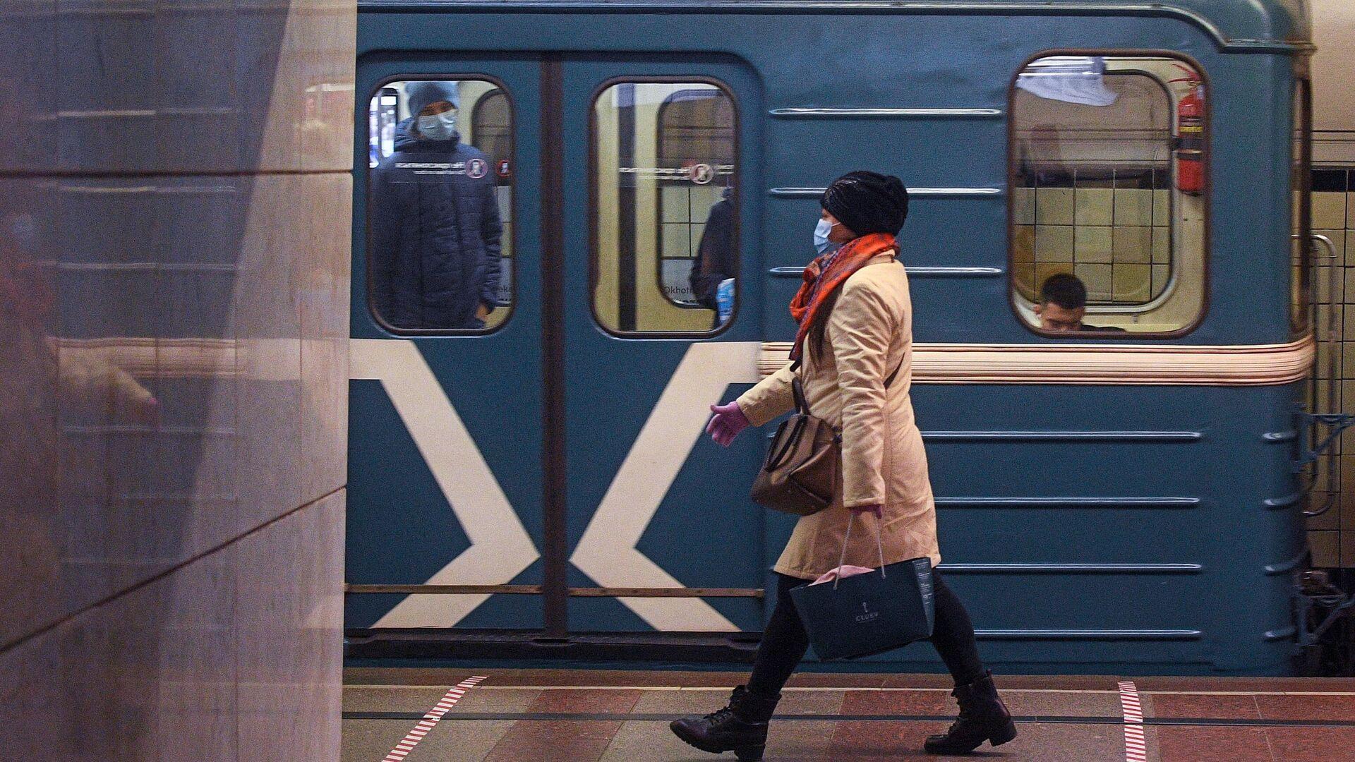 Пассажирка на одной из станций Московского метрополитена - РИА Новости, 1920, 03.01.2021