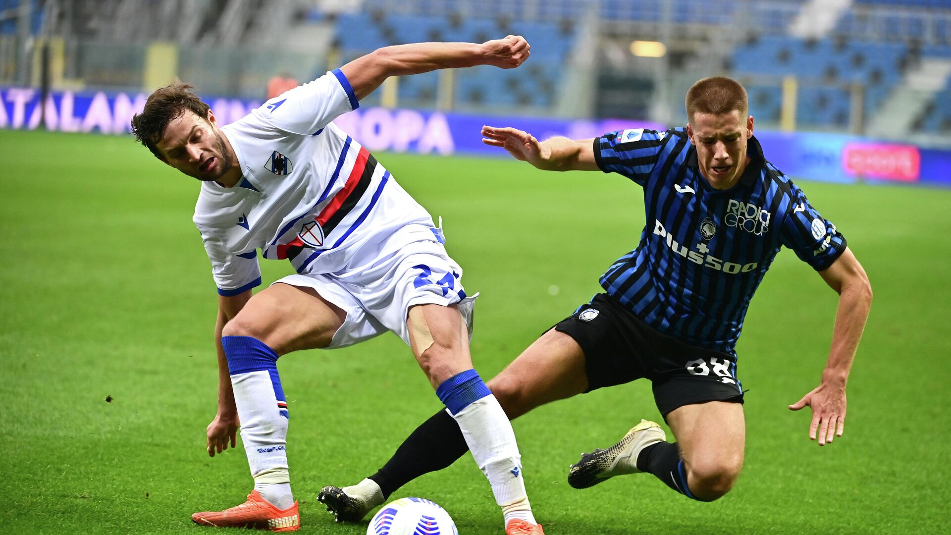 Sampdoria's Polish defender Bartosz Bereszynski (L) fights for the ball with Atalanta's Croatian midfielder Mario Pasalic (R) during the Italian Serie A football match between Atalanta and Sampdoria at the Atleti Azzurri d'Italia stadium in Bergamo on October 24, 2020. (Photo by MIGUEL MEDINA / AFP) - РИА Новости, 1920, 24.10.2020