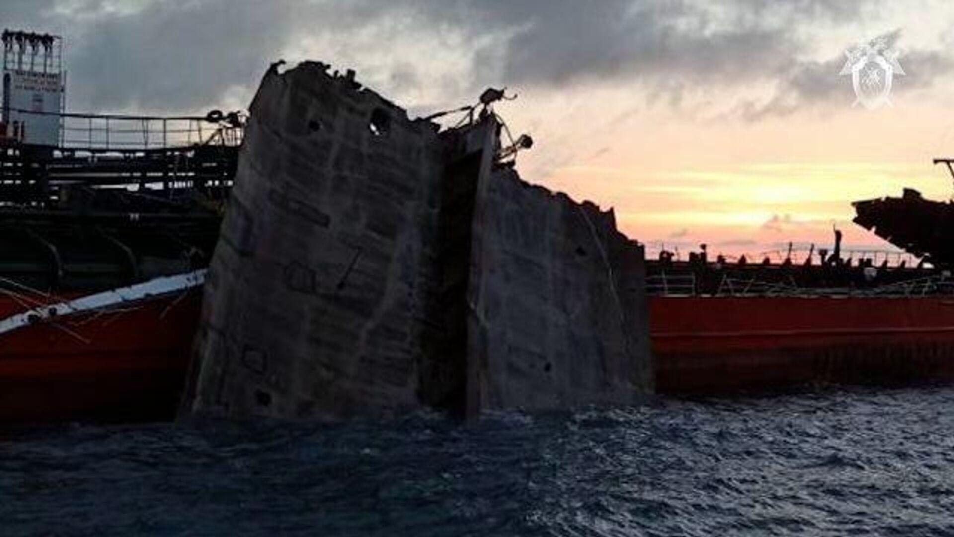 Кадры танкера Генерал Ази Асланов в Азовском море, где произошел взрыв - РИА Новости, 1920, 25.10.2020