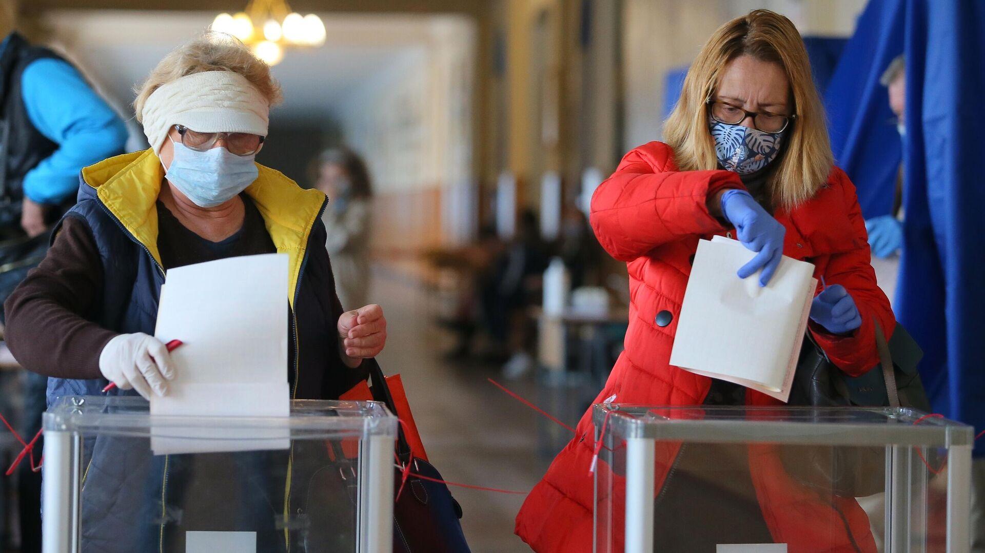 Женщины голосуют на одном из избирательных участков в Киеве - РИА Новости, 1920, 26.10.2020