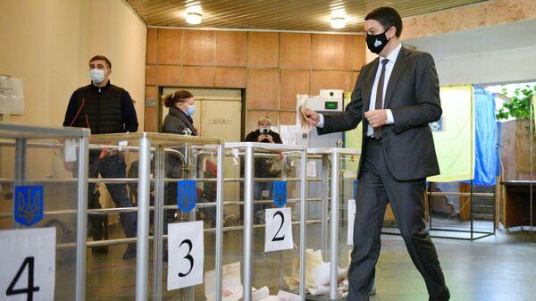 Председатель Верховной рады Дмитрий Разумков голосует на одном из избирательных участков в Киеве