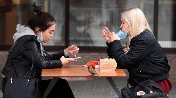 Девушки за столиком уличного кафе