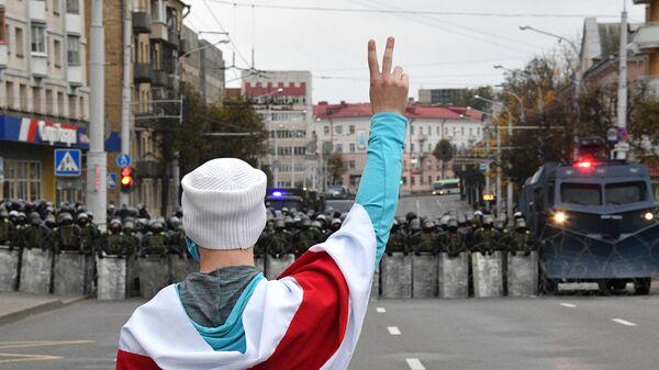 Участник акции протеста оппозиции Народный ультиматум в Минске