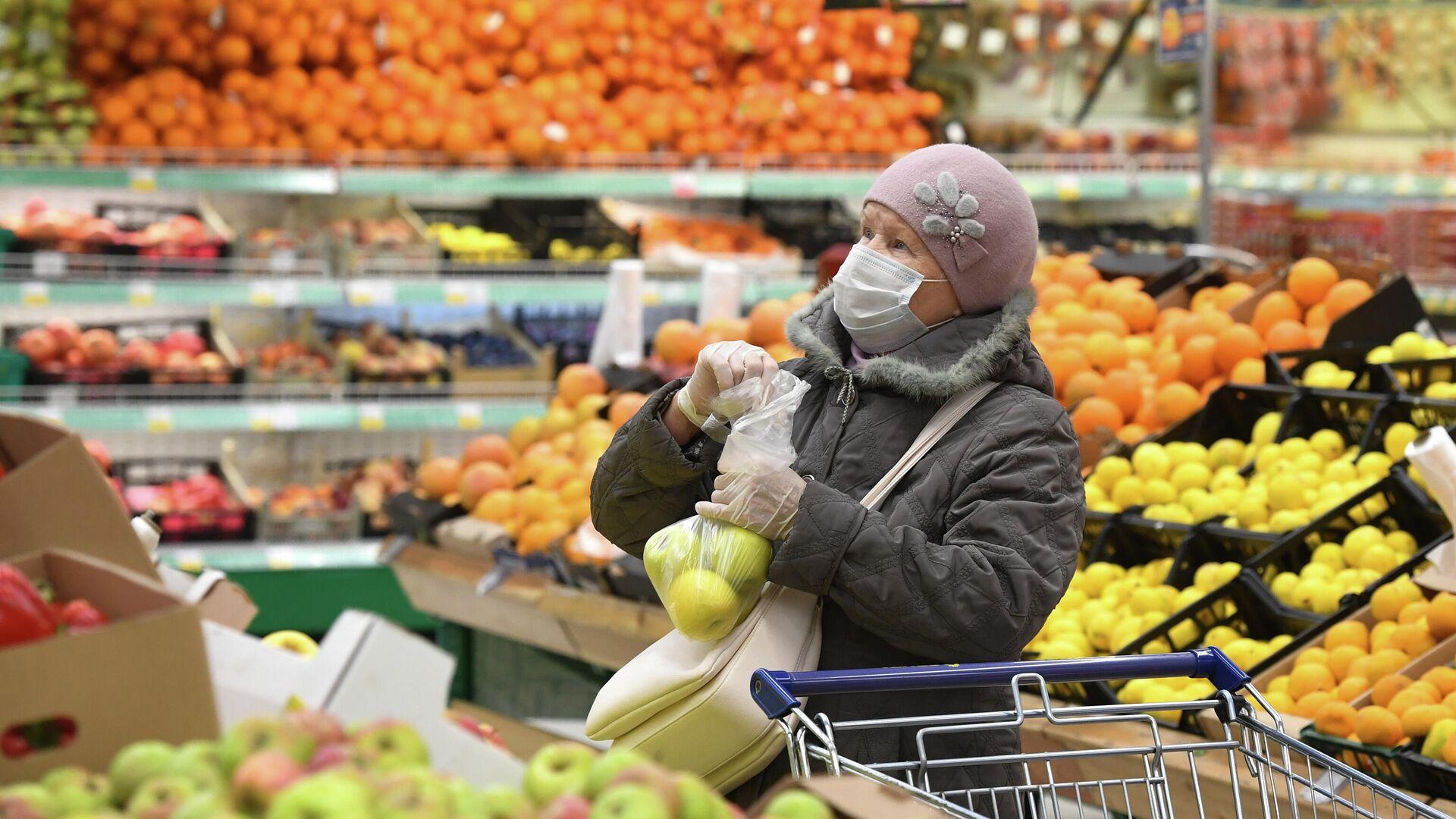 Покупательница в гипермаркете - РИА Новости, 1920, 08.03.2021