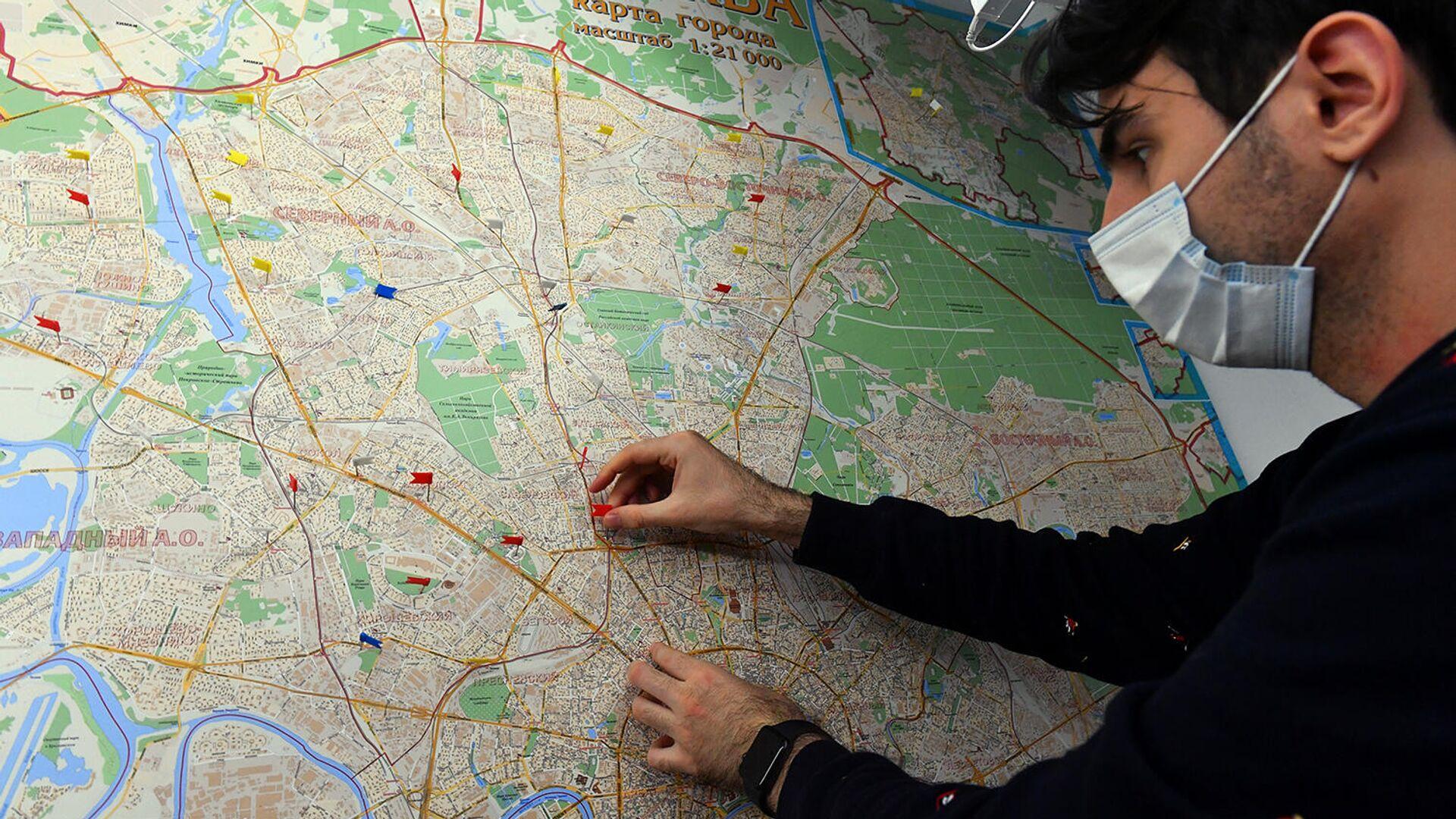 Волонтер акции #МыВместе размечает карту маршрутов для оказания помощи пожилым людям - РИА Новости, 1920, 27.10.2020