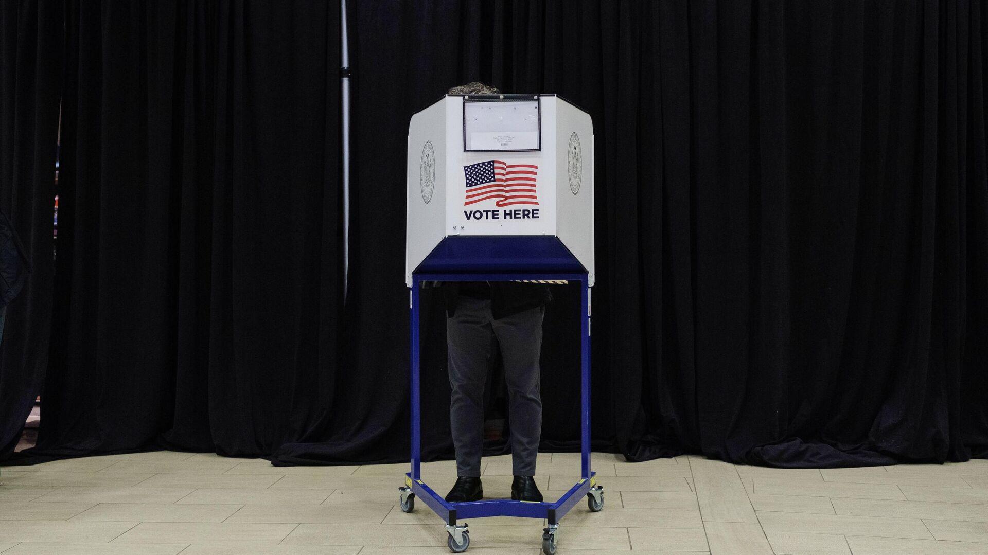 Избиратель во время досрочного голосования на выборах президента США в спортивном комплексе Мэдисон-сквер-гарден в Нью-Йорке - РИА Новости, 1920, 29.10.2020