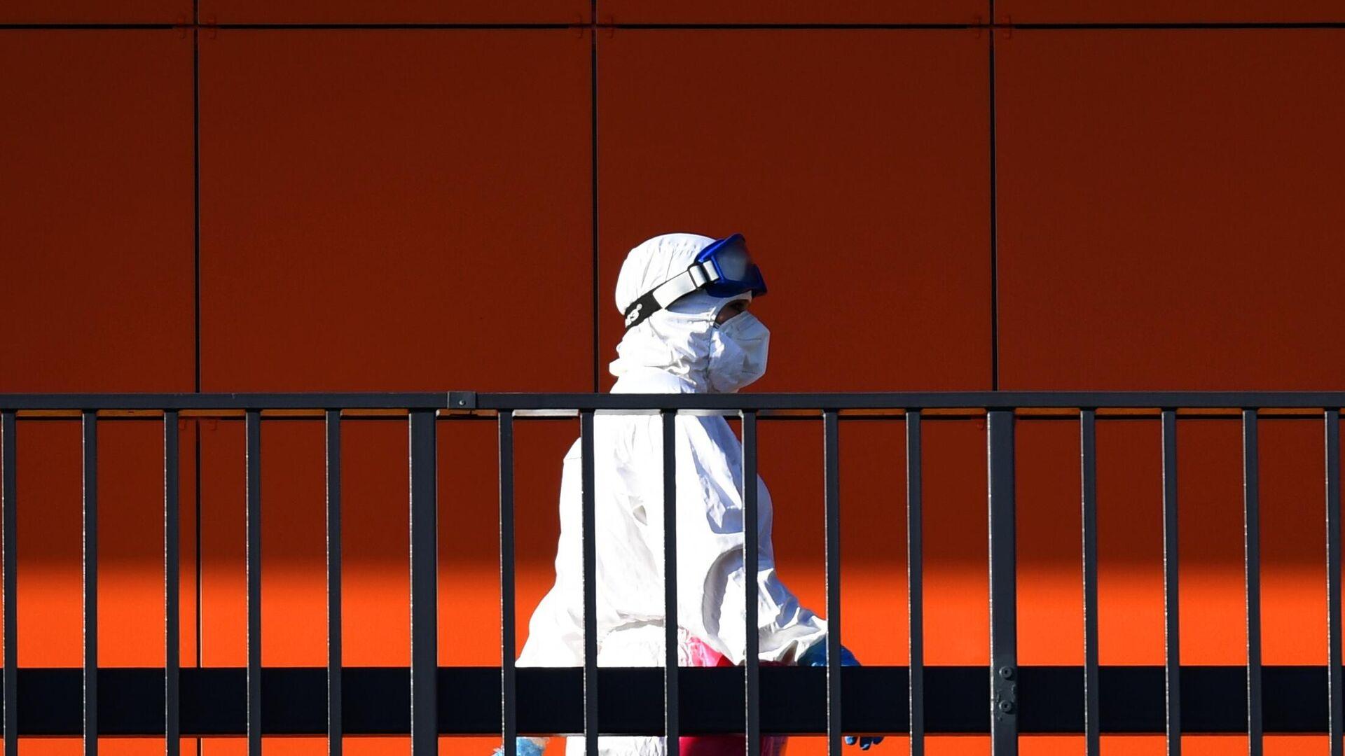 Медицинский работник на территории Республиканской клинической инфекционной больницы в Казани - РИА Новости, 1920, 05.11.2020
