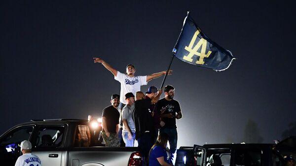 Болельщики бейсбольного клуба Лос-Анджелес Доджерс