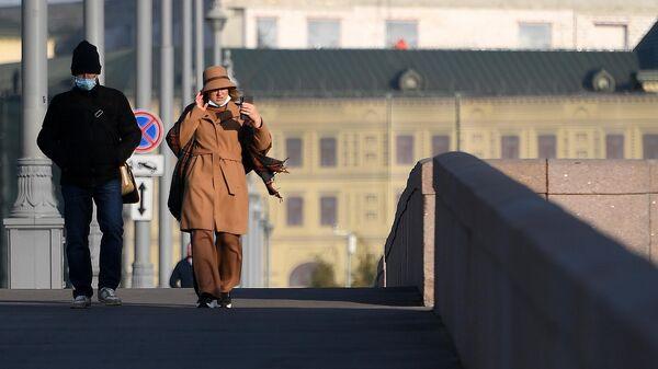 Люди в защитной маске на улице в Москве