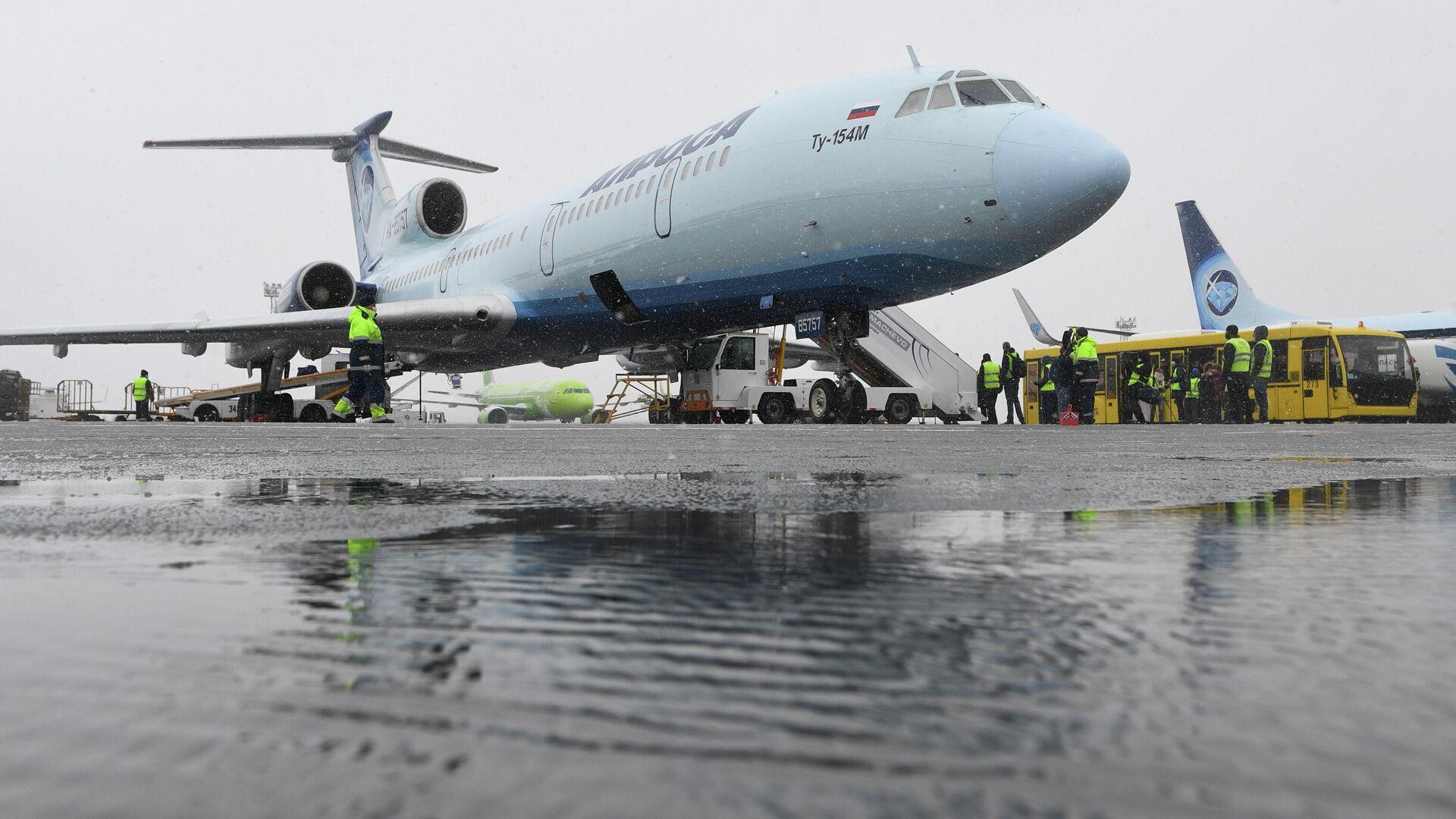 Самолет Ту-154 авиакомпании Алроса на перроне в аэропорту Толмачево в Новосибирске - РИА Новости, 1920, 28.10.2020