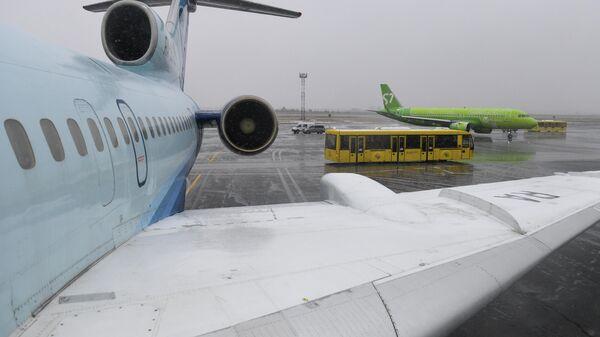 Самолет Ту-154 авиакомпании Алроса на перроне в аэропорту Толмачево в Новосибирске