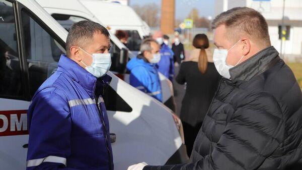 Губернатор Рязанской области Николай Любимов на церемонии передачи новых автомобилей скорой помощи медицинским учреждениям региона