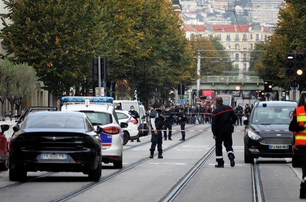 Полиция на месте нападения возле церкви Нотр-Дам в Ницце