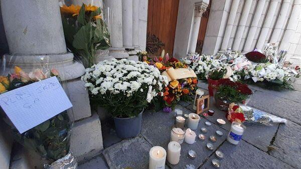Цветы и свечи у церкви Нотр-Дам в Ницце