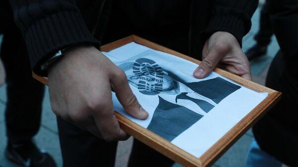 Участники акции протеста против политики президента Франции Эммануэля Макрона около посольства Франции в Москве