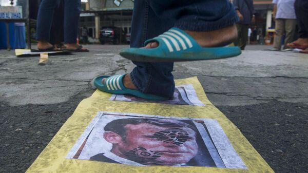 Портрет президента Франции Эммануэля Макрона на асфальте перед мечетью Аль-Джихад в Медане во время акции протеста