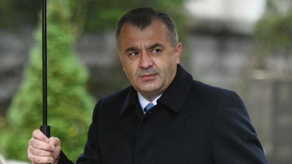 Премьер-министр Молдавии Ион Кику у избирательного участка в Кишиневе