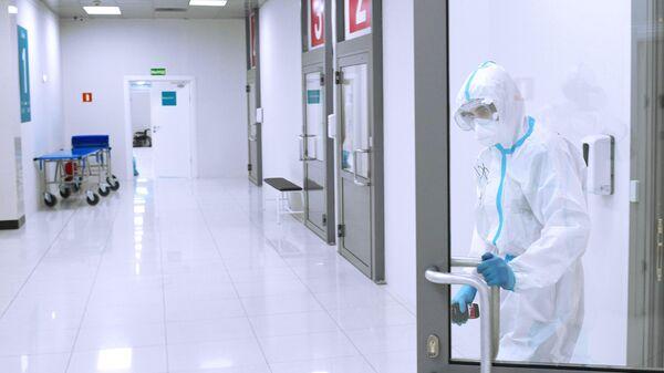 Медицинский работник во временном госпитале для пациентов с COVID-19 в автомобильном торговом центре Москва