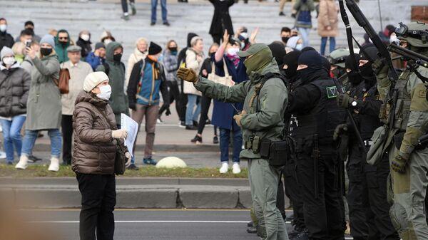 Сотрудники правоохранительных органов и участники несанкционированной акции Дзяды (Деды, Предки) в Минске