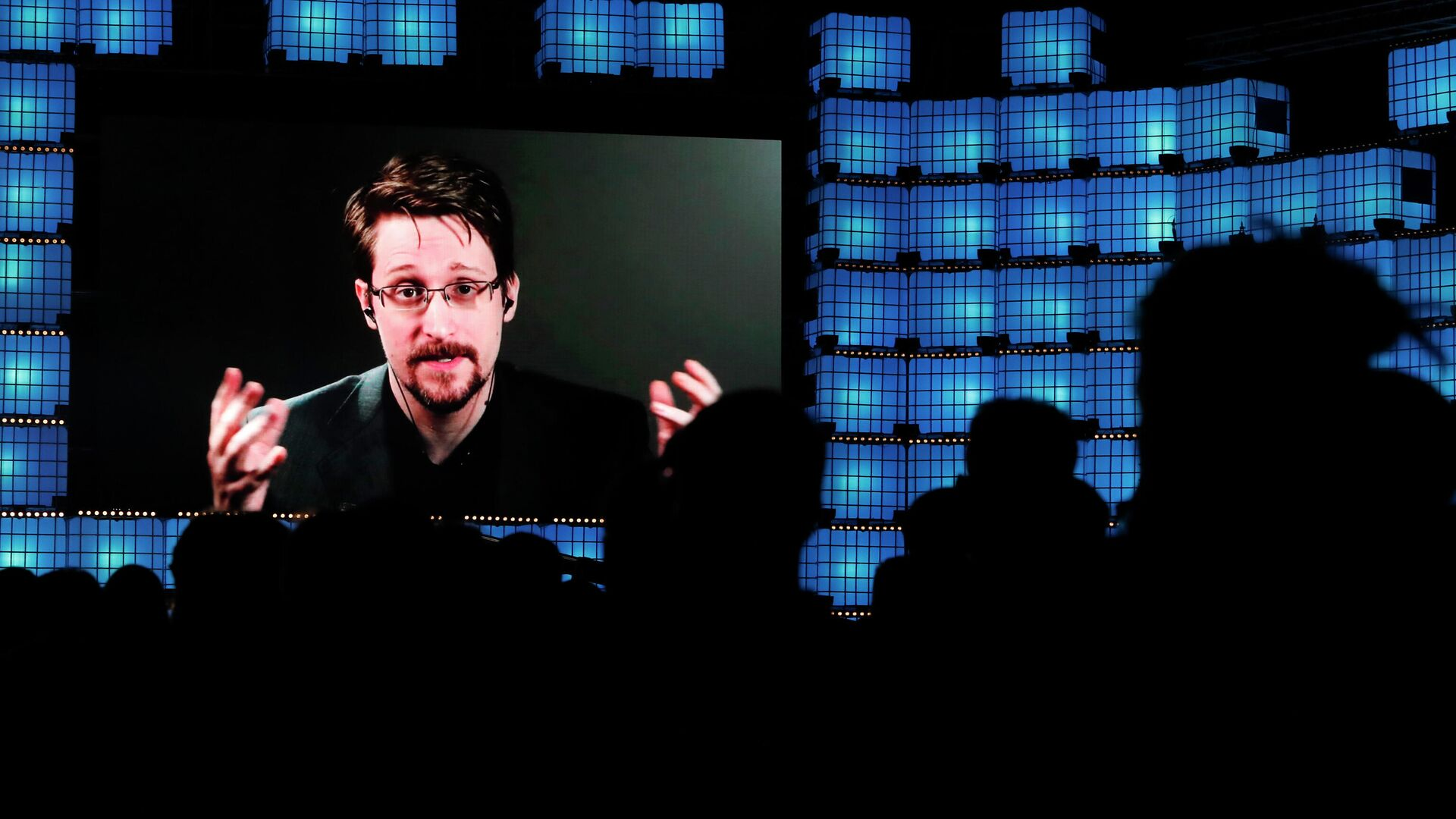 Эдвард Сноуден общается по видеосвязи с участникам технологической конференции Web Summit в Лиссабоне - РИА Новости, 1920, 02.11.2020
