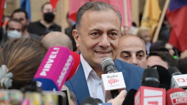 Лидер Лейбористской партии Грузии Шалва Нателашвили выступает на акции оппозиции в Тбилиси