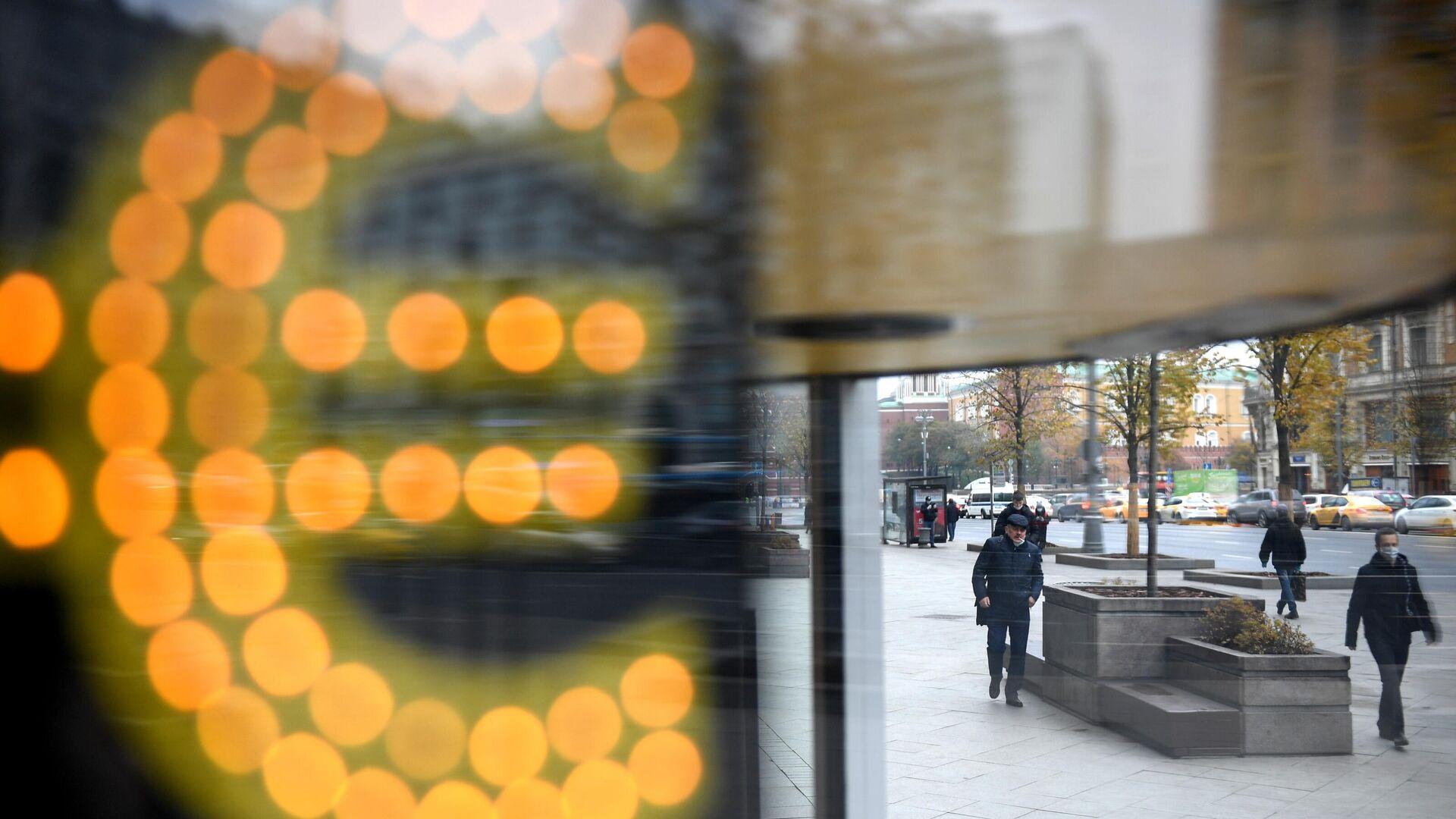 Электронное табло со знаком евро на одной из улиц в Москве - РИА Новости, 1920, 09.03.2021