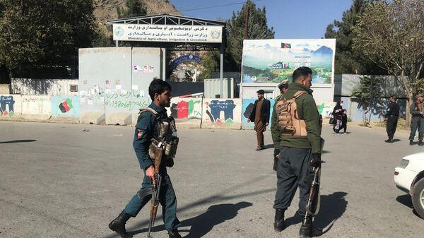 Афганские полицейские у места нападения на университет в Кабуле