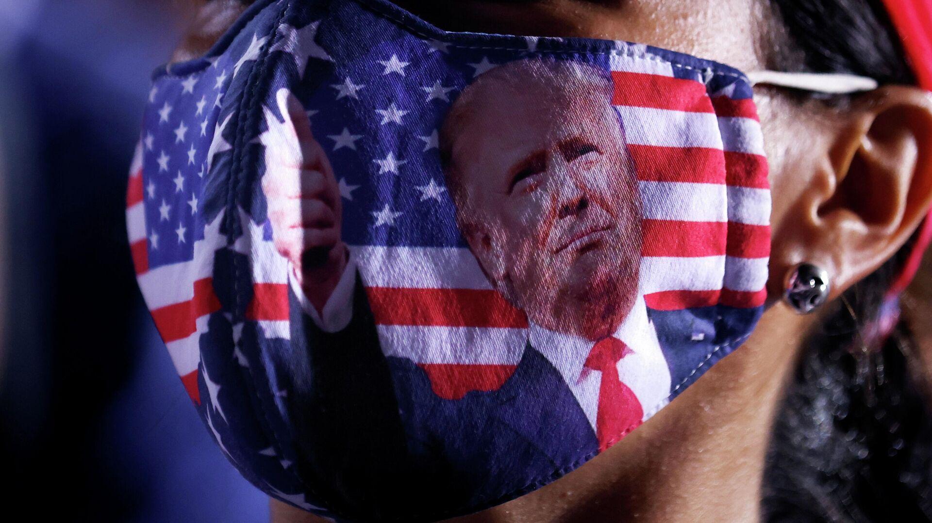 Сторонница президента США Дональда Трампа в маске на митинге в Опа-Локке, Флорида, США, 2 ноября 2020 года - РИА Новости, 1920, 02.11.2020