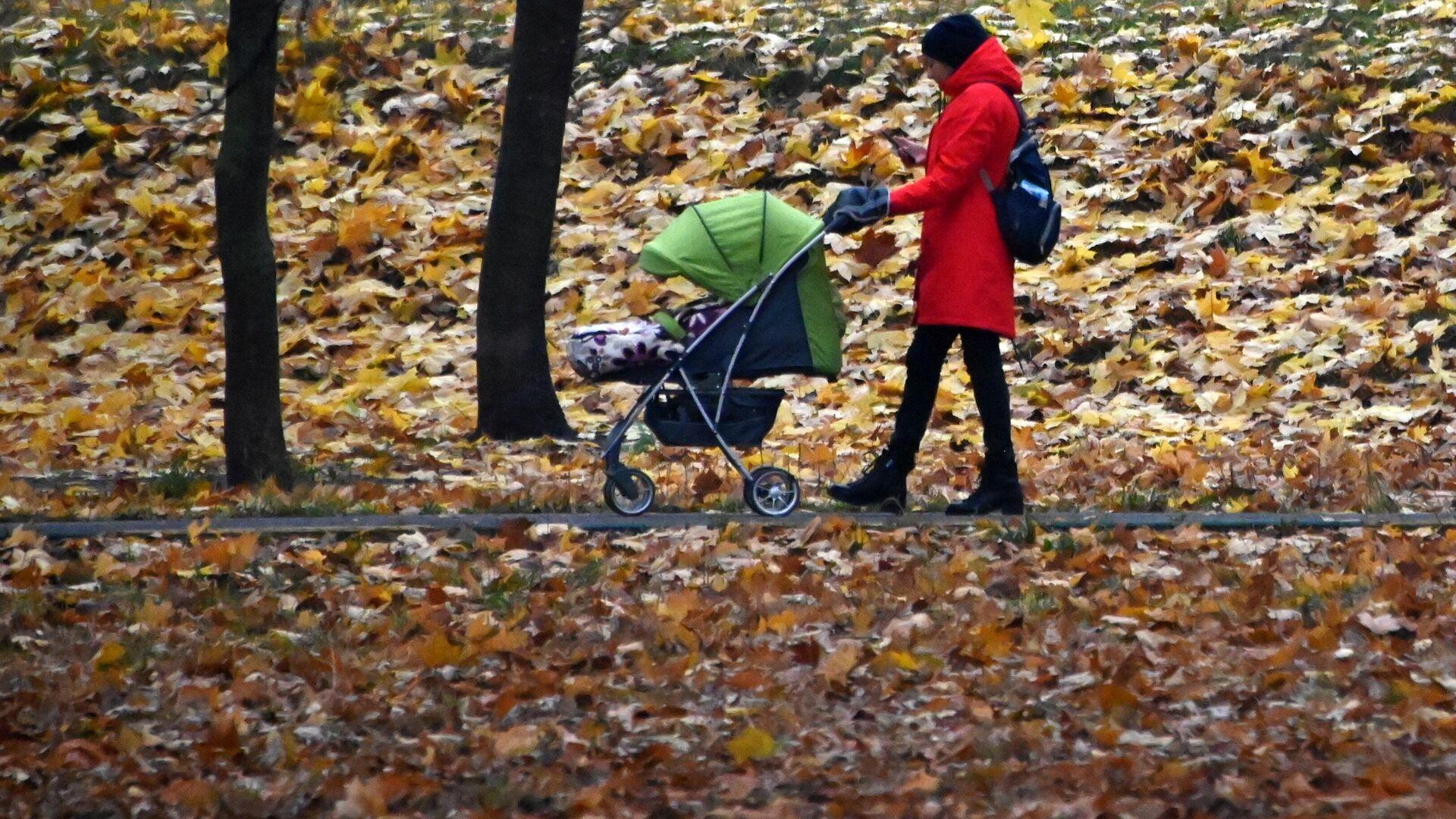 Женщина с детской коляской гуляет в сквере на Ленинском проспекте в Москве - РИА Новости, 1920, 20.11.2020