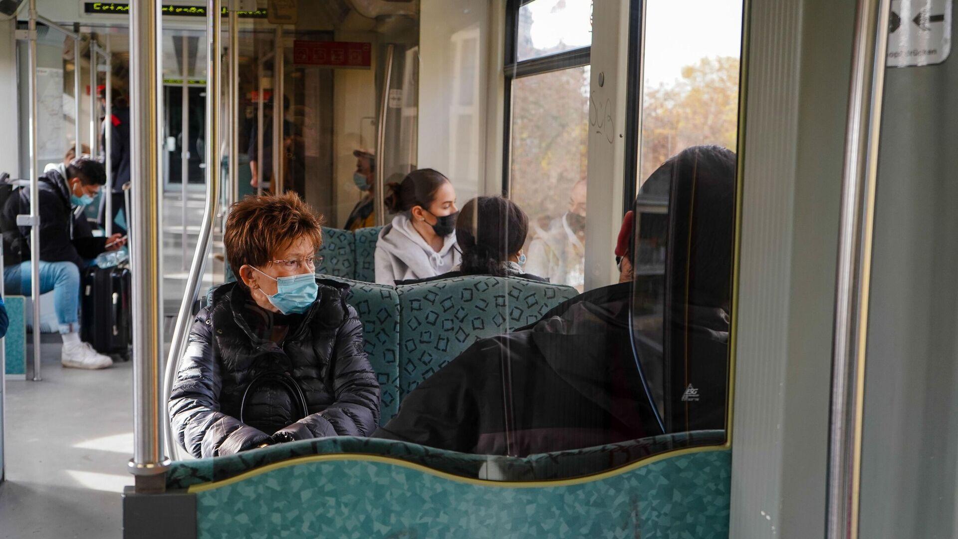 Люди в масках в общественном транспорте в Берлине во время карантина - РИА Новости, 1920, 09.11.2020