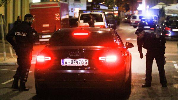 Полицейские проверяют машину на месте происшествия в Вене